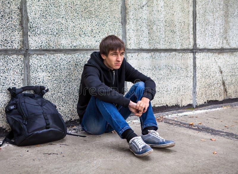 Trauriger junger Mann im Freien lizenzfreies stockfoto