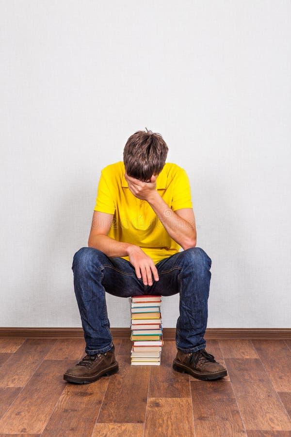 Trauriger junger Mann mit Bücher lizenzfreies stockfoto