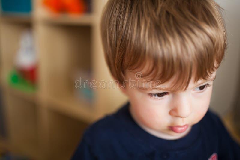 Trauriger kleiner Junge stockbild
