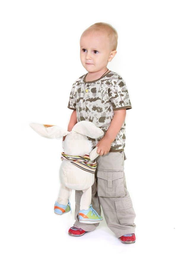 Trauriger Kleinkindjunge mit Spielzeugkaninchen lizenzfreie stockfotografie