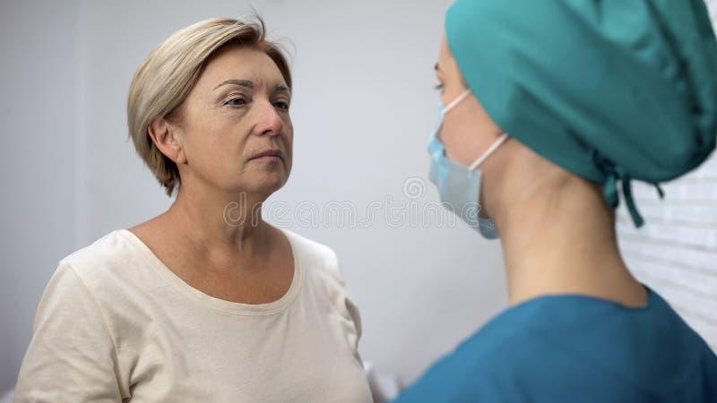 Trauriger kranker Patient, der auf erfahrene Doktorempfehlungen, Rehabilitation hört stockbilder