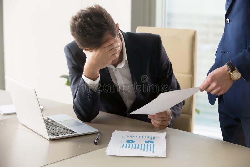 Trauriger Manager, der Mitteilung der Entlassung, Dokument mit schlechten Nachrichten erhält lizenzfreie stockbilder