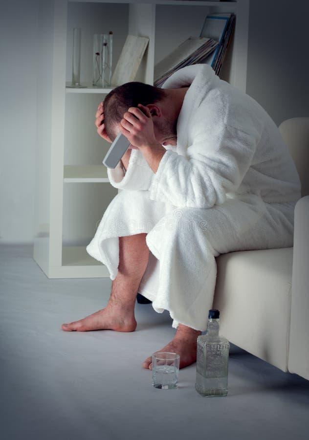 Trauriger Mann allein stockbild