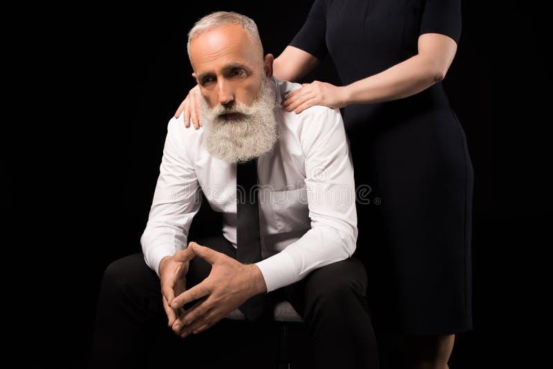 Trauriger Mann Der Auf Einem Stuhl Sitzt Stockbild Bild