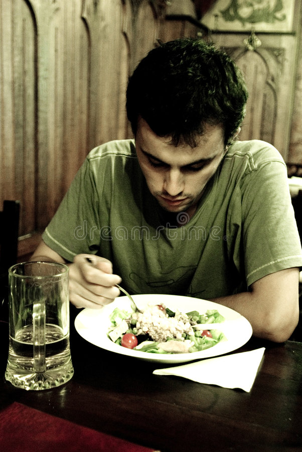 Trauriger Mann, der eine Mahlzeit hat stockfoto