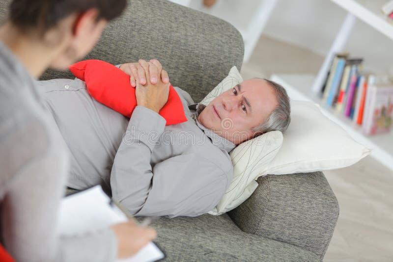 Trauriger Mann, der Gefühle Berufspsychologen erklärt stockbild