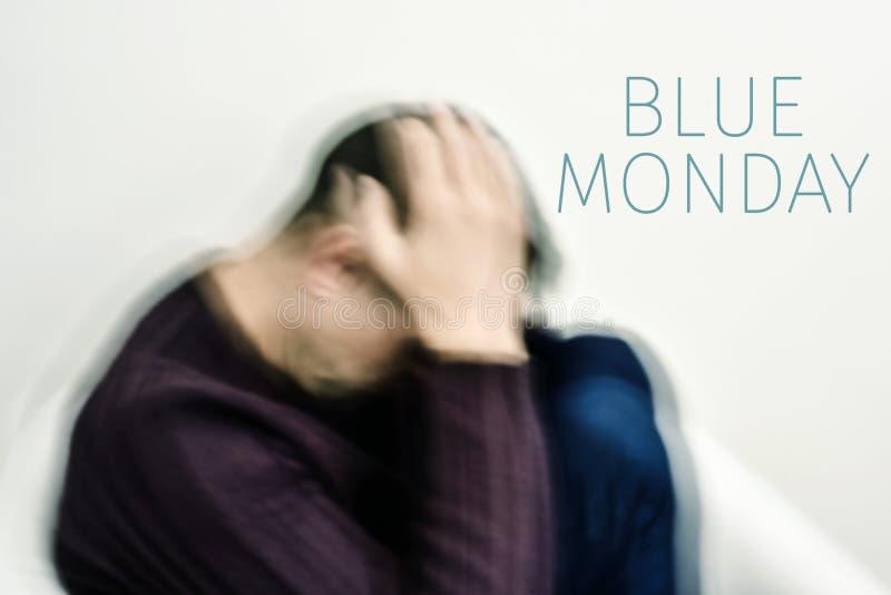 Trauriger Mann und Text blauer Montag stockfotografie