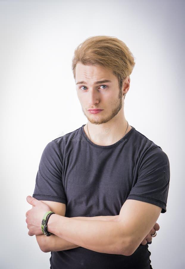 Trauriger oder besorgter hübscher junger Mann stockfotografie