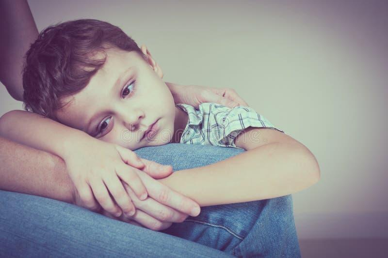 Trauriger Sohn, der seine Mutter umarmt lizenzfreie stockfotos