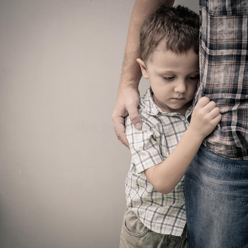 Trauriger Sohn, der seinen Vati umarmt stockfoto