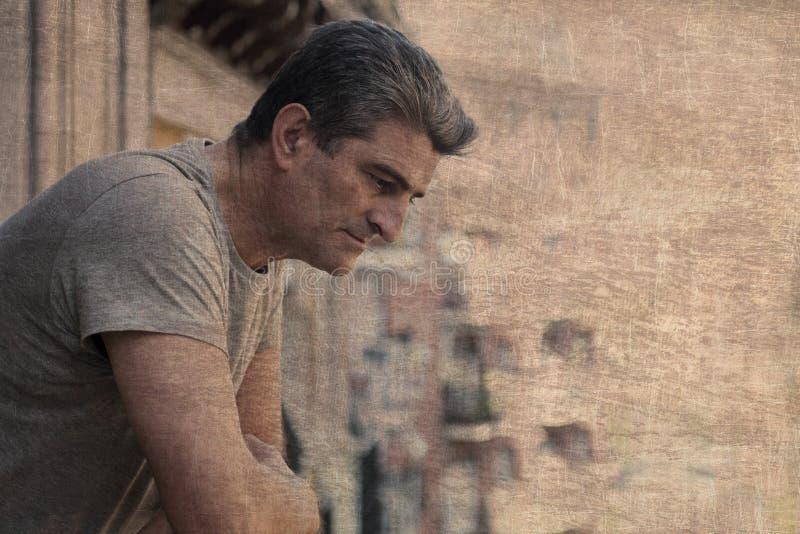 Trauriger und deprimierter Mann 40s, der zu Hause durch Freien balco schaut lizenzfreie stockfotos