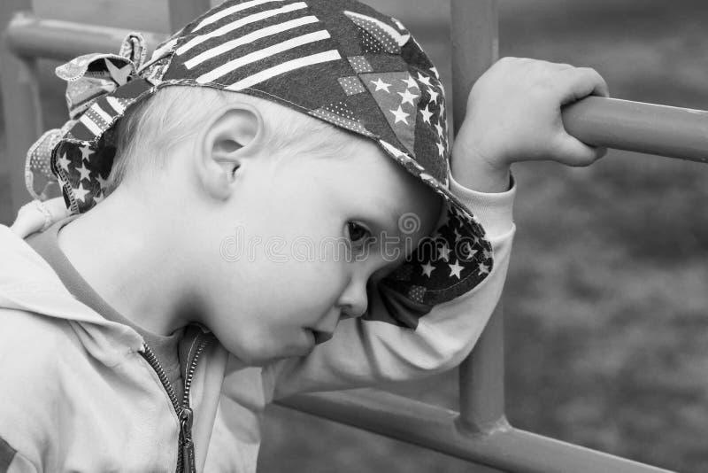 Trauriger und einsamer kleiner Junge in einer Kappe stockfotos