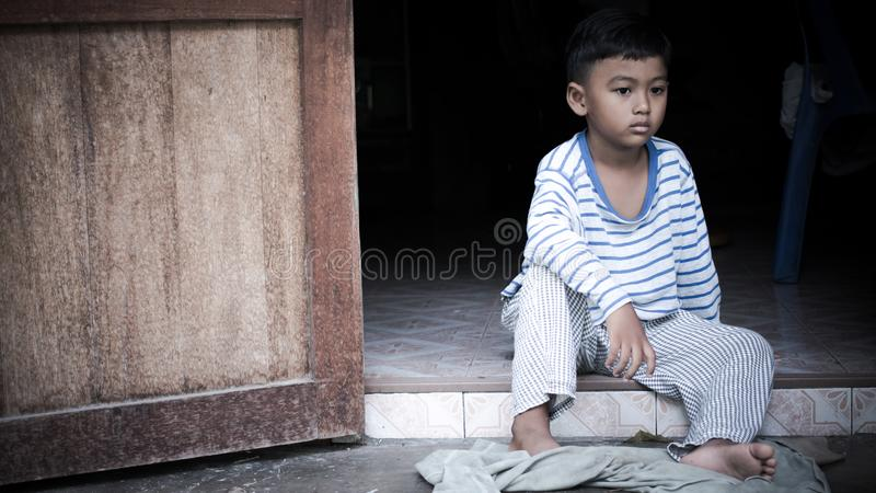 Trauriges allein des armen asiatischen Jungen lizenzfreie stockfotos