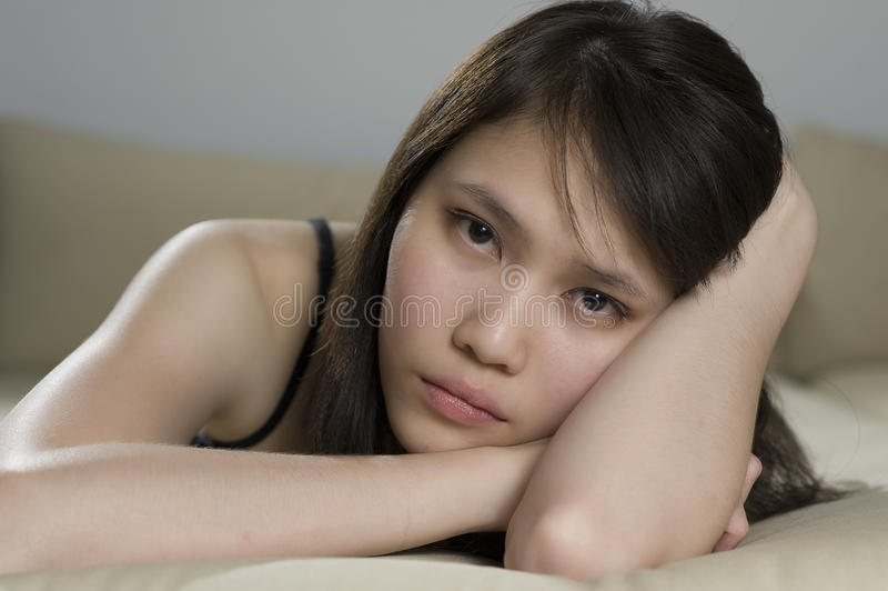 Trauriges asiatisches Mädchen lizenzfreies stockbild