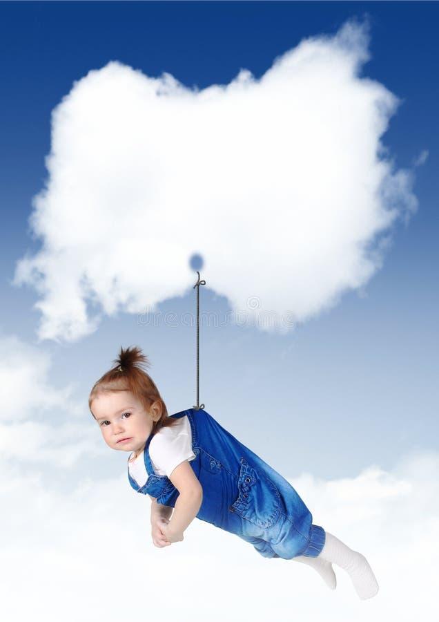 Trauriges Babyfliegen auf einer Wolke mit Kopienraum lizenzfreie stockfotos