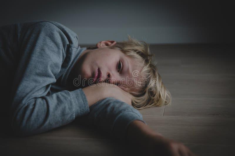 Trauriges betontes müdes erschöpftes Kind zu Hause lizenzfreie stockbilder