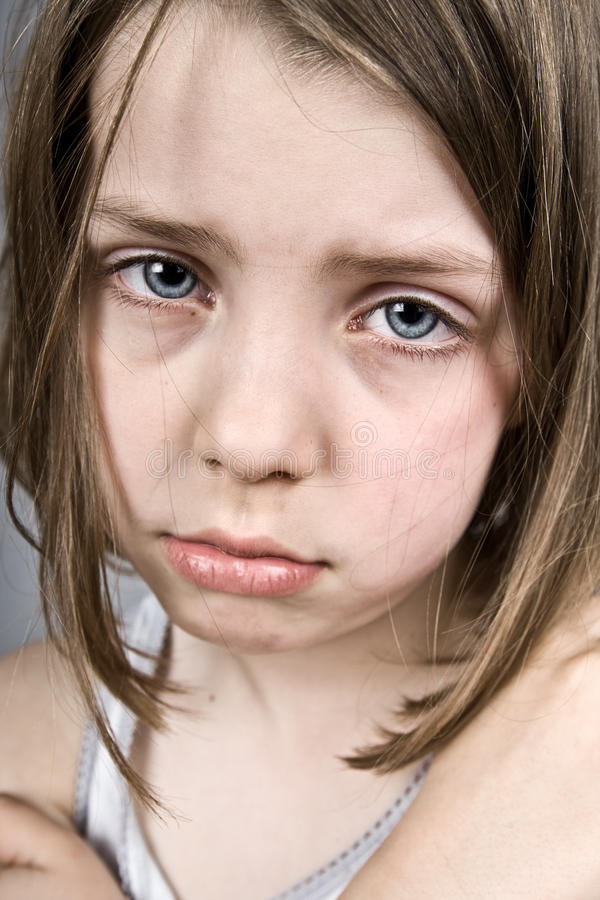 Trauriges blaues gemustertes Kind stockbild