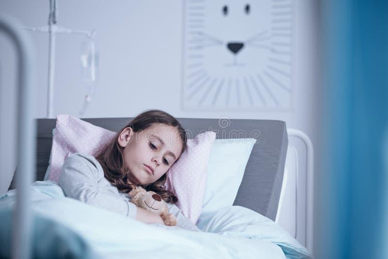 Trauriges einsames Mädchen im Krankenhaus stockfoto