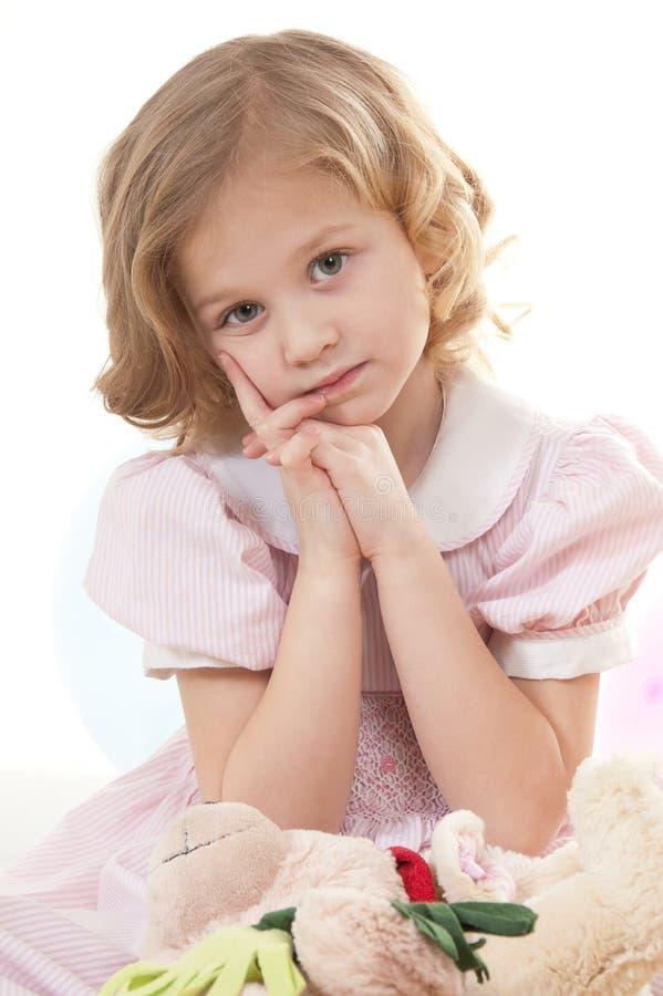 Trauriges entzückendes kleines blondes Mädchen lizenzfreie stockfotografie