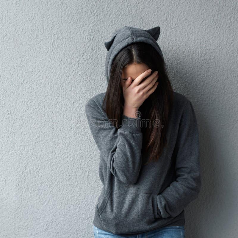 Trauriges Frauenbedeckungsgesicht mit der Hand lizenzfreie stockfotografie