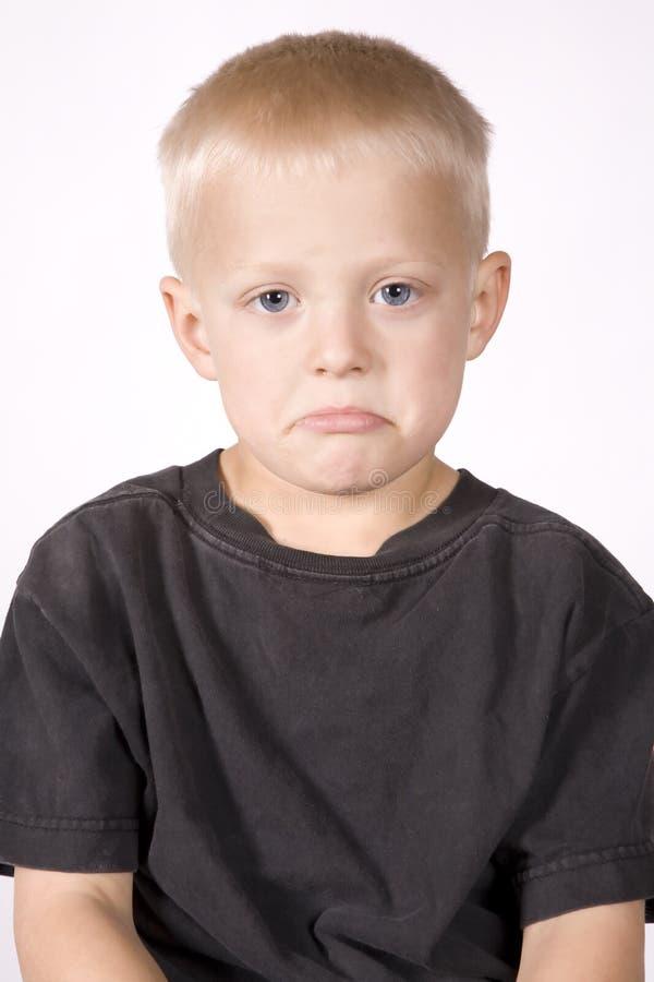 Trauriges Gesicht des jungen Jungen des Ausdrucks stockfoto