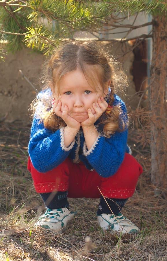 Trauriges Gesicht des kleinen Mädchens lizenzfreie stockfotos
