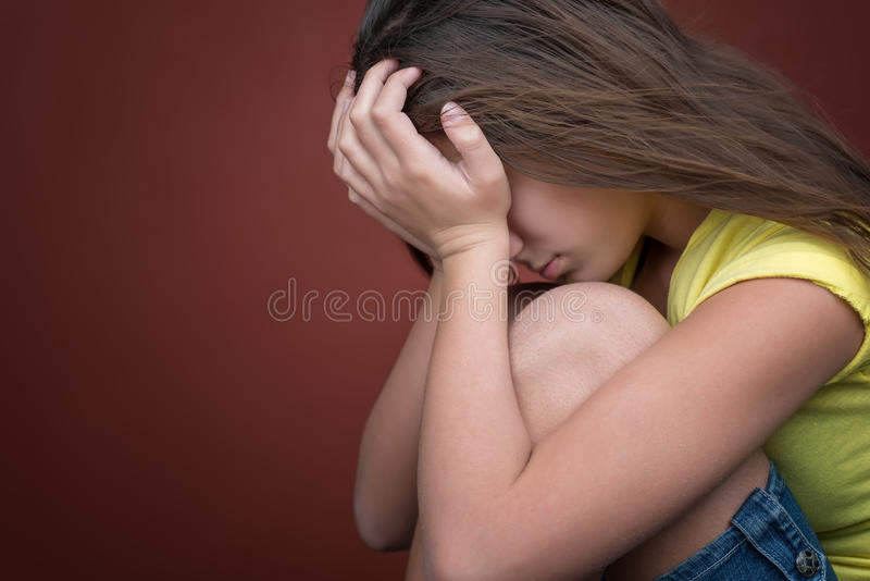 Trauriges Jugendlicheschreien lizenzfreies stockfoto