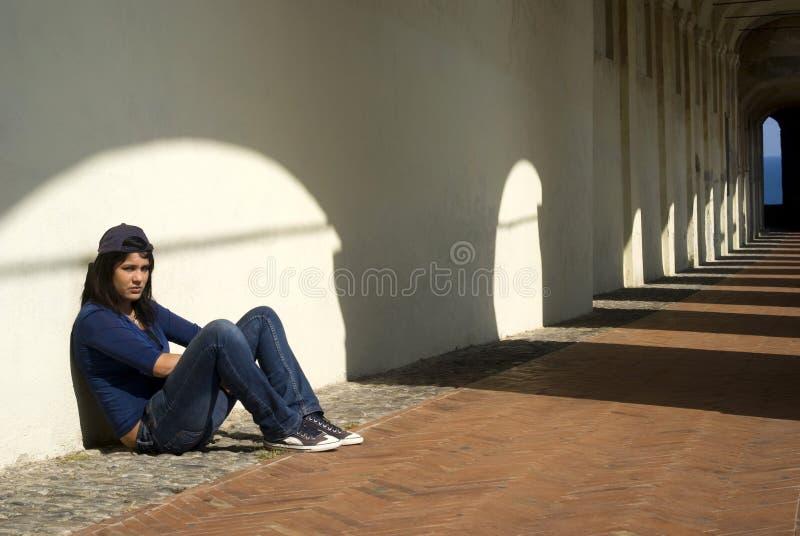 Trauriges junges Mädchen draußen stockfoto