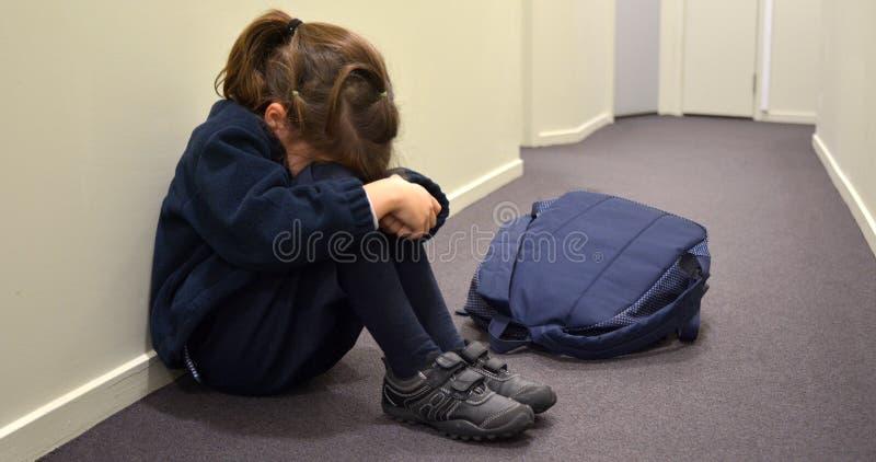Trauriges junges Schulmädchen lizenzfreie stockbilder