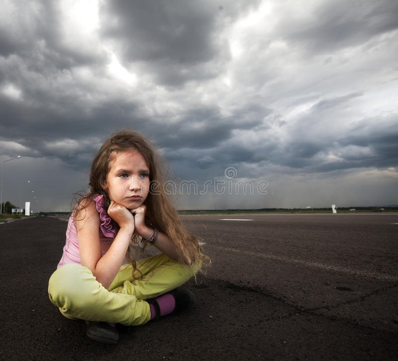 Trauriges Kind nahe Straße lizenzfreies stockbild