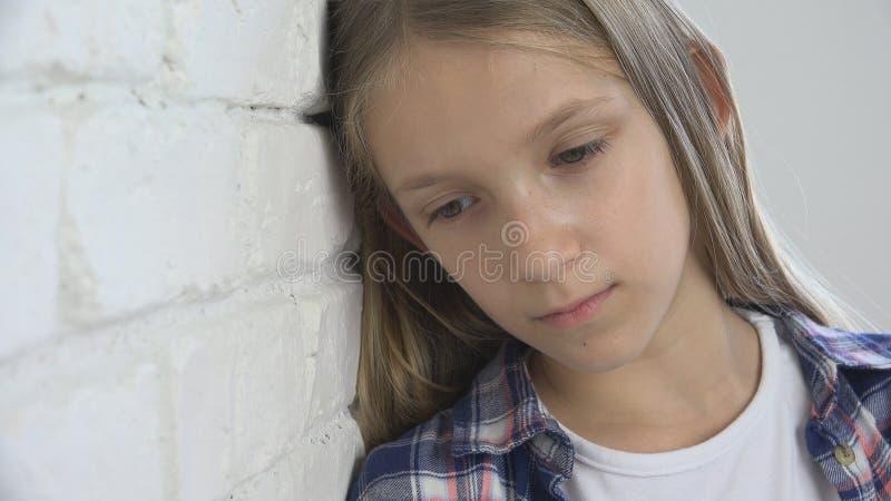 Trauriges Kind, unglückliches Kind, krankes krankes Mädchen in der Krise, betonte durchdachte Person stockfoto