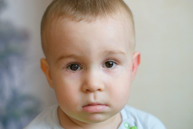 Trauriges kleines Baby, das Kamera betrachtet Kaukasisches Kind 2 Jahre alt Nahaufnahme portriat stockbilder