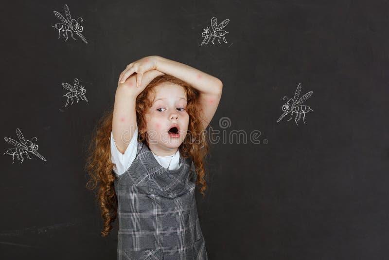 Trauriges kleines Mädchen ängstlich von den Bissmoskitos stockbilder