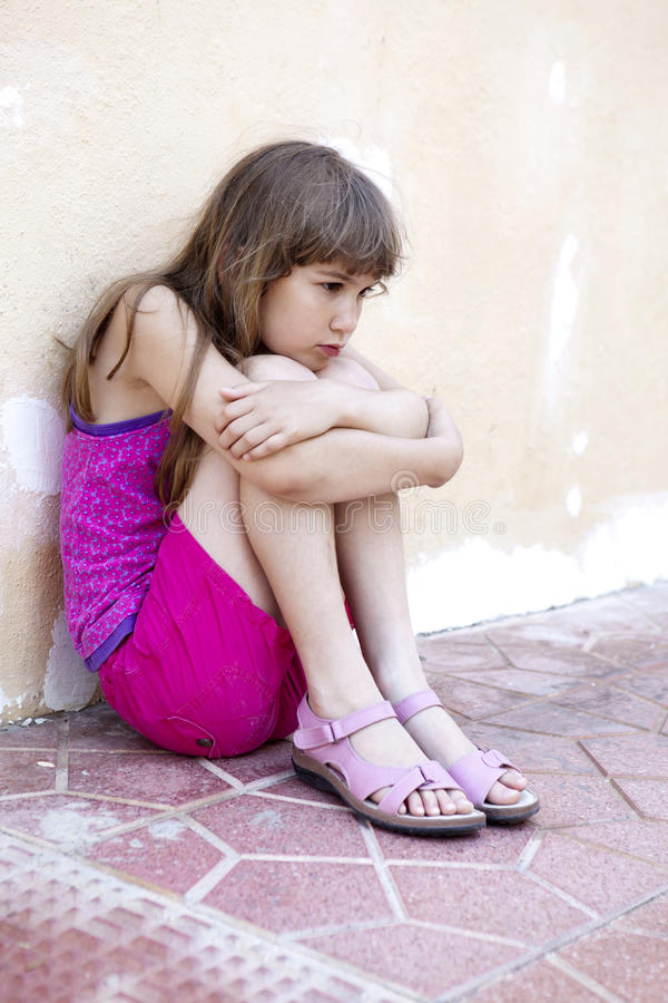 Trauriges kleines Mädchen lizenzfreie stockfotografie