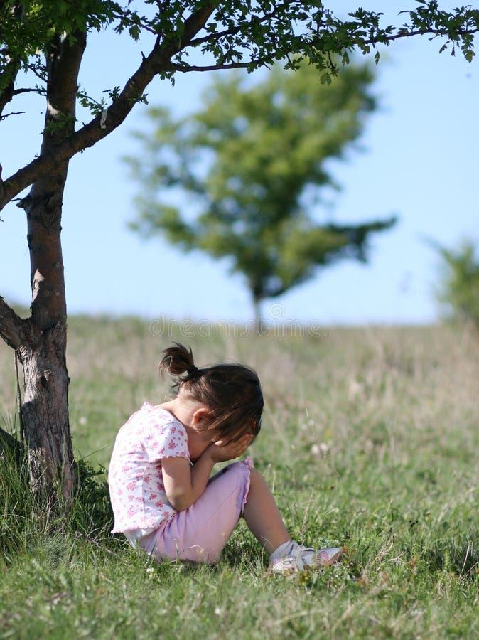 Trauriges kleines Mädchen, das in der Natur schreit lizenzfreie stockfotos