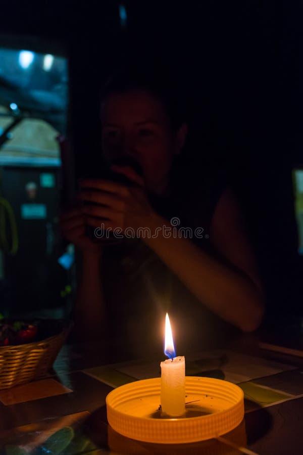 Trauriges kleines Mädchen mit einer Kerze lizenzfreie stockfotografie