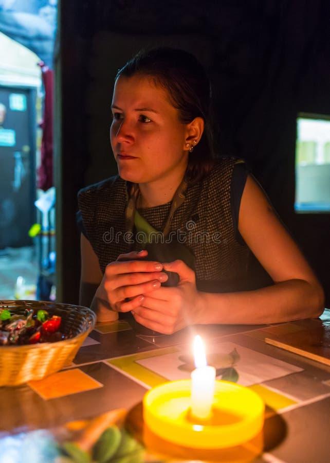 Trauriges kleines Mädchen mit einer Kerze stockfoto