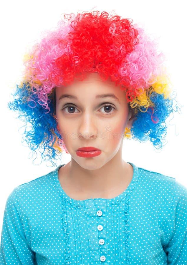 Trauriges kleines Mädchen mit Partyperücke lizenzfreie stockbilder