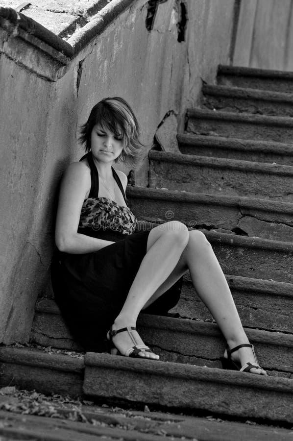 Trauriges Mädchen auf den Treppen stockfotos