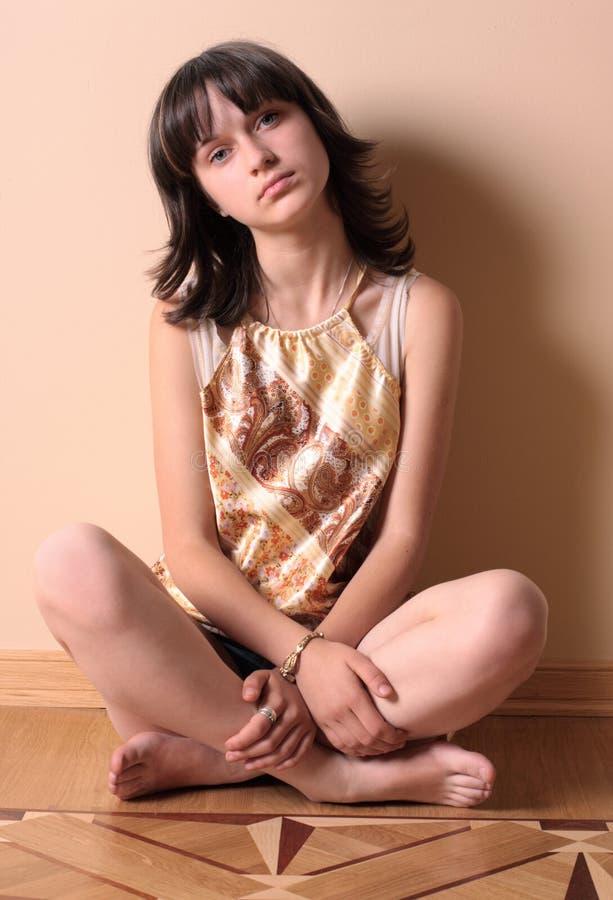 Trauriges Mädchen auf Fußboden lizenzfreie stockbilder