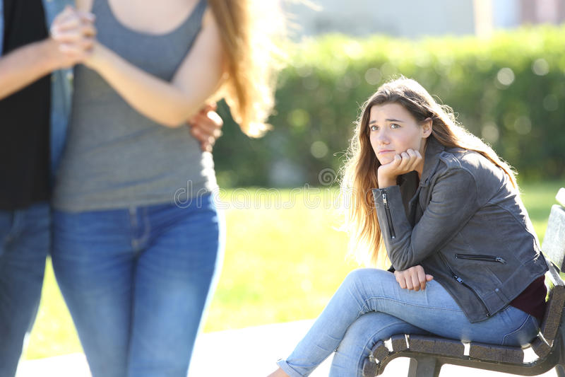 Trauriges Mädchen, das ein Paargehen betrachtet stockbilder