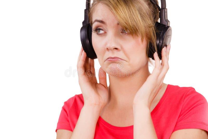 Trauriges Mädchen der Frau in hörender Musik der großen Kopfhörer lizenzfreie stockfotos