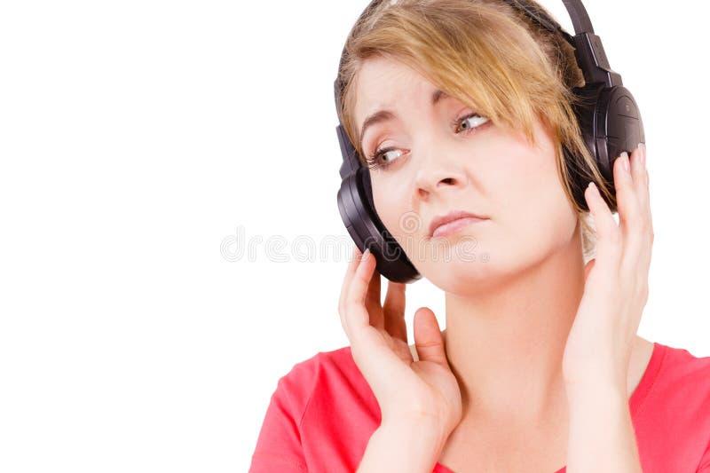 Trauriges Mädchen der Frau in hörender Musik der großen Kopfhörer lizenzfreie stockfotografie