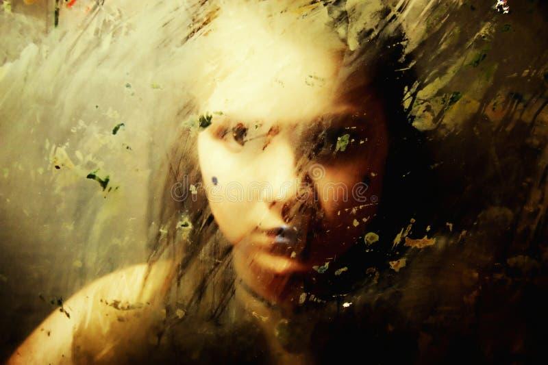 Trauriges Mädchen Hinter Schmutzigem Glas Stockfoto
