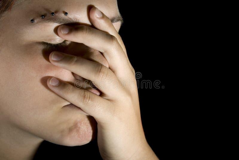 Trauriges Mädchen mit der Hand auf ihrem Gesicht stockfotos