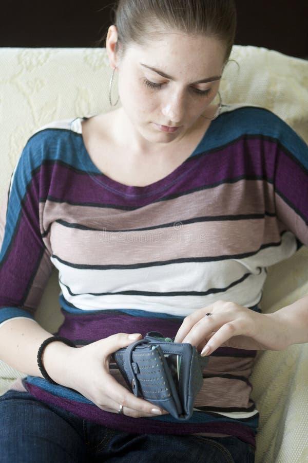Trauriges Mädchen mit einem Geldbeutel stockfotos