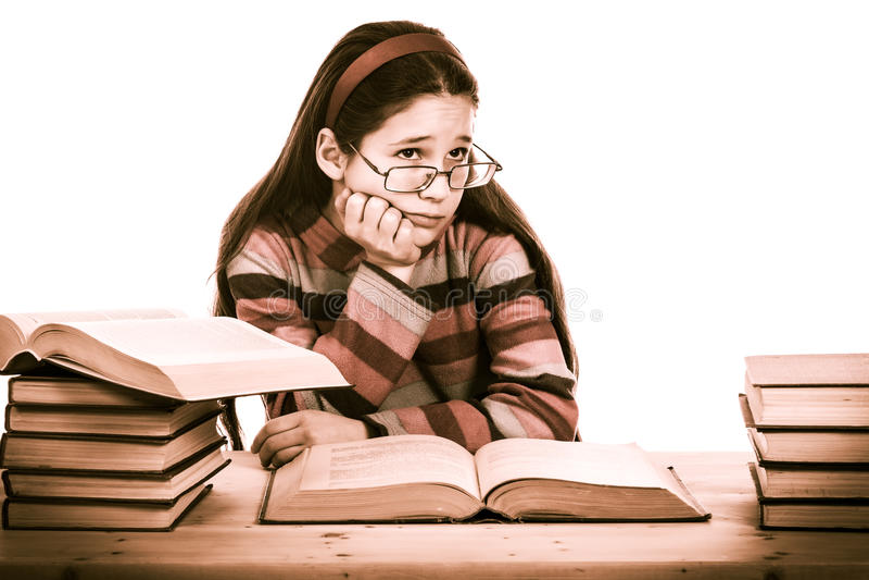 Trauriges Mädchen mit Stapel von alten Büchern lizenzfreies stockfoto
