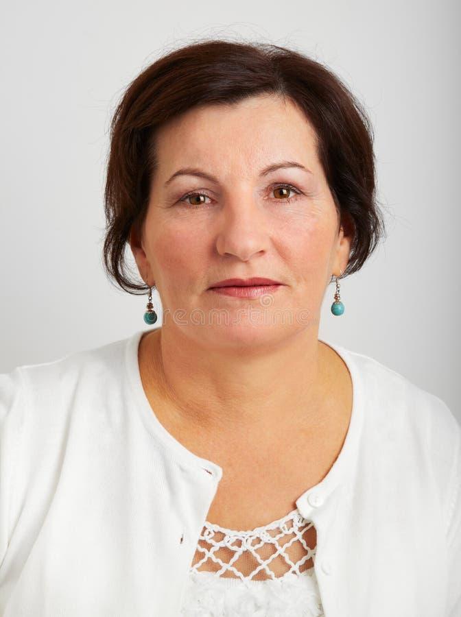 Trauriges mittleres gealtertes Frauenportrait lizenzfreie stockbilder