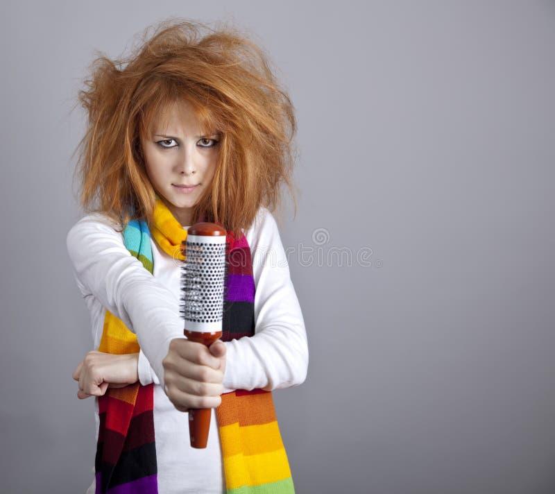 Trauriges red-haired Mädchen mit Kamm. stockfotografie
