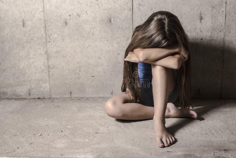Trauriges und einsames Mädchen neben Wand stockbilder